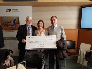 El equipo de Cirujanos en Acción recoge orgulloso el cheque solidario